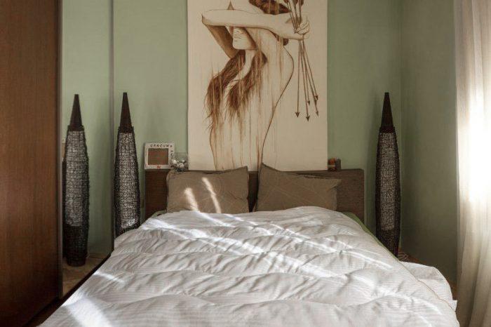 Спалня с картина по поръчка и таванен вентилатор