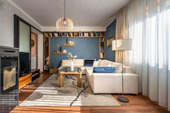 Хол в синьо удобен голям диван и камина